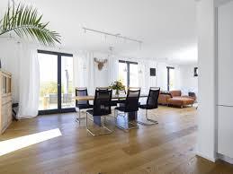 offenes wohn und esszimmer modern mit weißen gardinen