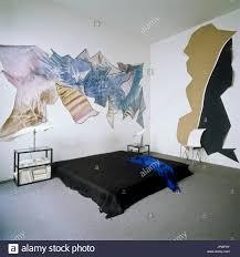zeitgenössische kunst im schlafzimmer stockfotografie alamy