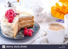 schneiden sie den kuchen mit weiße creme zum frühstück