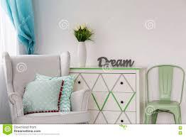kreative dekoration kommode stockfoto bild