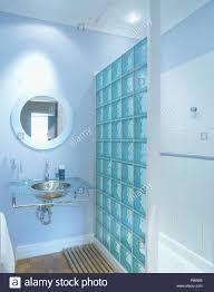 glasbaustein wand neben glas und chrom waschbecken im