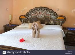 luxuriöse schlafzimmer innenraum mit frischen handtüchern
