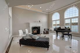 luxus luxus decke wohnzimmer mit beige elfenbein wände framing großen gewölbten fenstern traditionellen kamin schwarzen flügel neben gemütlichen