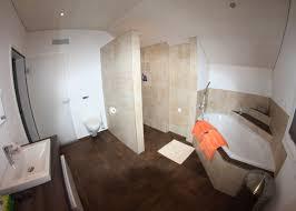 badezimmer mit graffiti dekor platten und exklusiver badewanne