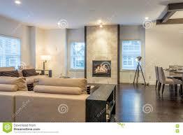 geräumiges helles wohnzimmer und esszimmer stockbild bild