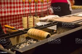 ungarische traditionelle süßspeise schornstein kuchen oder kurtos kalacs brotlaib mit zimt und braunem zucker stockfoto und mehr bilder backen