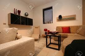 wohnzimmer mit ordentlich sauber und modernem design weißes leder liege sofa tisch und großen farbigen drab sofa