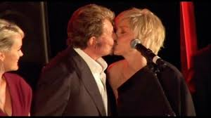 baise au bureau le baiser du scandale entre johnny hallyday et