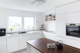 dunkler akzent in einer weißen designküche nr küchen