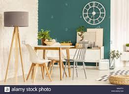 grau le neben stühlen an den hölzernen tisch in grün
