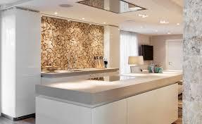 offene küche mit kochinsel und integriertem esstisch