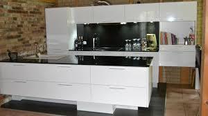 projekt 05 weiße lackküche in hochglanzoptik mit schwarzer