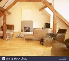 wohnzimmer mit holzfußboden warf die decke mit holzbalken