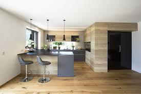moderne küche mit schwarzer glastüre in die speis moderne