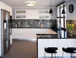 credence cuisine noir et blanc plan de travail cuisine 50 idées de matériaux et couleurs