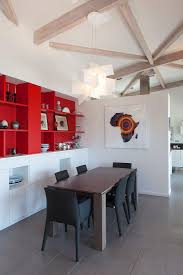 polsterstühle am tisch vorm roten regal bild kaufen