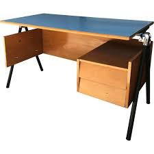 bureau enfant metal bureau pour enfant bleu en formica bois et métal 1950 design