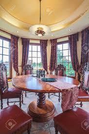 stilvolle antike möbel in luxus esszimmer