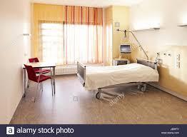krankenzimmer krankenhaus im bett und tisch mit photo stock