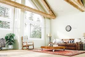 rustikale wohnzimmer mit waldblick stockfoto und mehr bilder alt