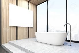 corner einem badezimmer mit badewanne und große horizontale poster auf einem hellen holz wand hängen 3d rendering mock up