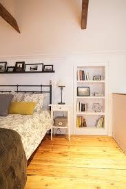 cachee dans la chambre la chambre mansardée d une maison canadienne ancestrale portes