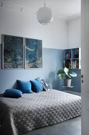 halbhoch blau gestrichene wand im bild kaufen 12369850