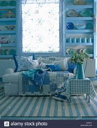 blau weiß gestreiften teppich am boden vor sofa mit blauen
