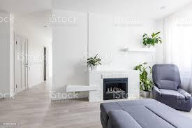 modernes wohnzimmer mit kamin sofa balkon und musterteppich stockfoto und mehr bilder accessoires