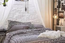 coole deko ideen für boheme schlafzimmer mit weißen gardinen