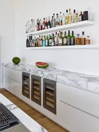 weiße küche mit integriertem weinkühlschrank