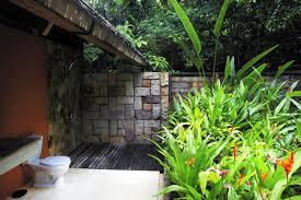 badezimmer außerhalb im dschungel