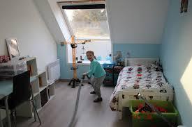 jeux de dans sa chambre lucas commence à ranger et aspirer sa chambre comme un grand entre