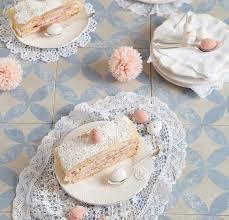 marzipan torte gefüllt mit einer fruchtigen himbeer