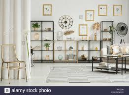 gold stuhl und löwenzahn im eleganten wohnzimmer interieur
