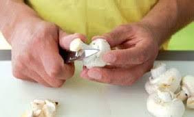 comment cuisiner les cepes frais eplucher et laver les chignons de geste simple interfel