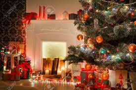 weihnachten wohnzimmer dekorationen kamin nahaufnahme schöne weihnachten lichter kerzen beleuchtet dekoriert weihnachtsbaum in girlanden moderne