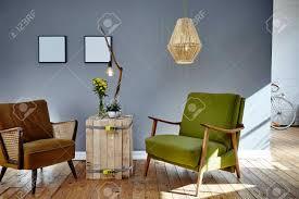zwei retro design stühle im sonnigen wohnzimmer loft berlin atmosphäre