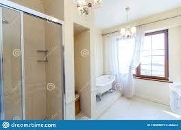 klassisches badezimmer in beige geräuschen gebogene