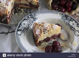 kirsch mandel kuchen mit mandeln und frischen kirschen