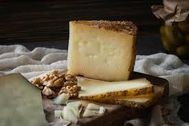 plateau de fromage de manchego espagnol coupé fromage à pâte dure