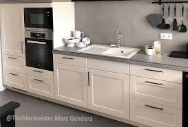 weiß lackierte küche mit arbeitsplatte aus granit