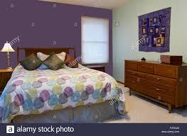 schlafzimmer innenraum mit lila und grüne wände le