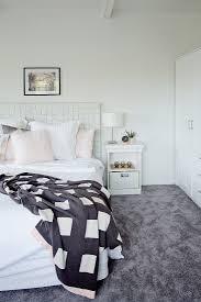 helles schlafzimmer mit grauem bild kaufen 12404568