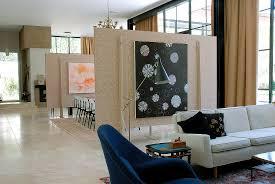 helles sofa in wohnraum mit raumteiler bild kaufen