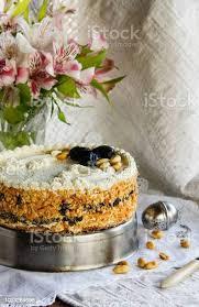 kuchen mit quark creme vanille käsekuchen aus blätterteig mit backpflaumen und erdnüssen stockfoto und mehr bilder aufschäumen