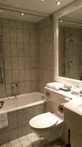altes kleines bad dusche wc zi für 4 personen zu eng