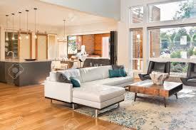 schöne wohnzimmer inter in neuen luxus haus mit blick auf küche startseite inter mit parkettböden und offene grundriss zeigt esszimmer küche und