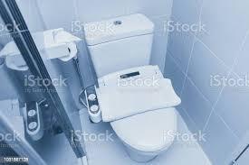 toilette mit wasserspülung mit strom bidet dusche für gute hygiene badezimmer schrank schüssel stockfoto und mehr bilder automatisch
