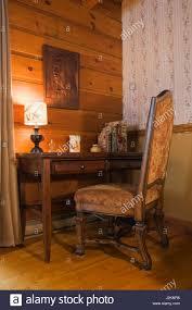 mit hoher rückenlehne gepolstert antiken hölzernen stuhl und